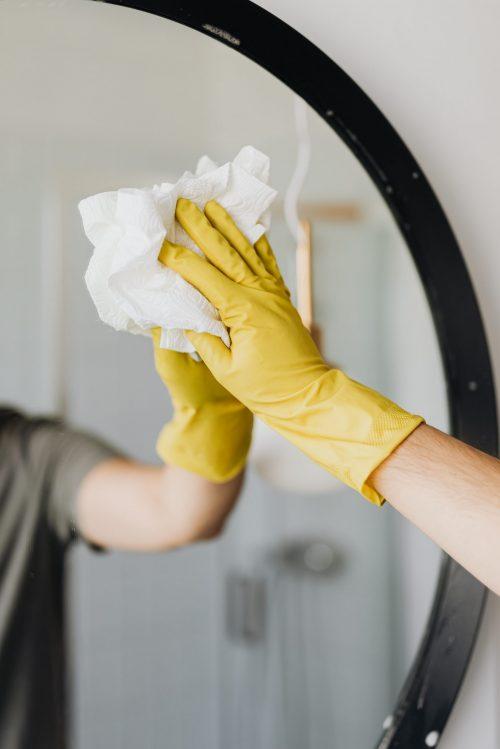 Cleaning-mirror-condensation